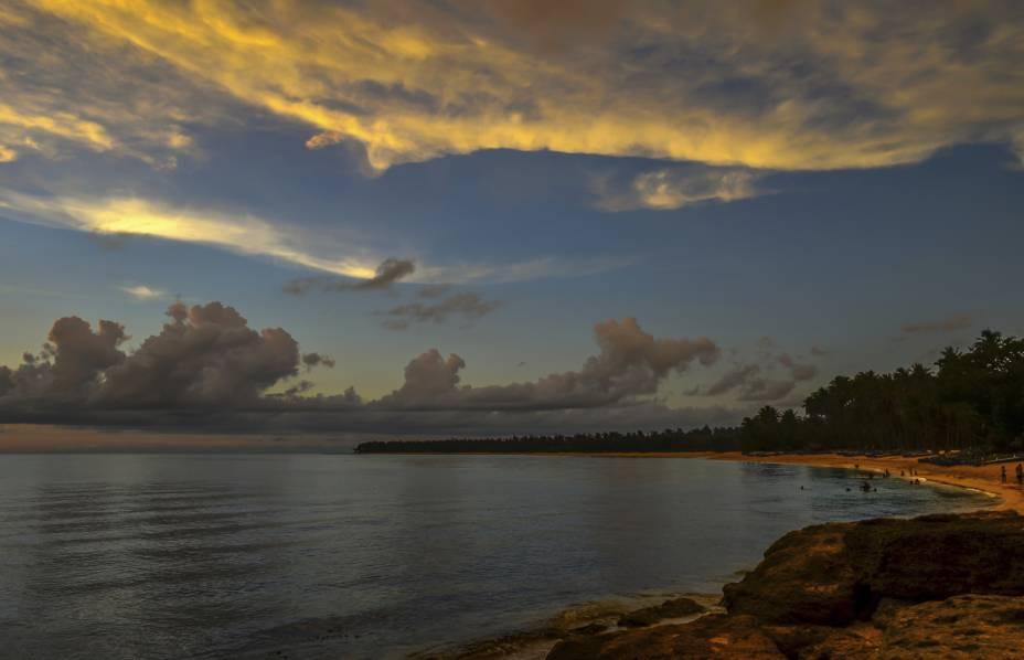 """<strong>Pagudpud Beach, Ilocos, Filipinas</strong>    O mar incrivelmente límpido e a areia branca tornam essa praia extremamente atraente. Ela está entre as mais visitadas pelos turistas que visitam as Filipinas, e por isso mesmo, tem boa estrutura hoteleira    <em><a href=""""http://www.booking.com/region/ph/ilocos-region.pt-br.html?aid=332455&label=viagemabril-praias-da-malasia-tailandia-indonesia-e-filipinas"""" rel=""""Veja preços de hotéis na região de Ilocos no Booking.com"""" target=""""_blank"""">Veja preços de hotéis na região de Ilocos no Booking.com</a></em>"""