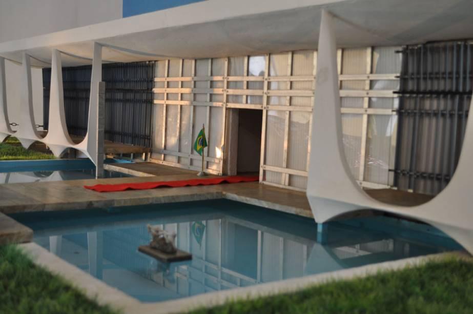 """<strong>7. Museu das Reduções– Ouro Preto</strong> O <a href=""""http://www.museudasreducoes.com.br/pt/pt/index.php"""" target=""""_blank"""" rel=""""noopener"""">Museu das Reduções</a>, em Ouro Preto,exibe réplicas em miniatura de monumentos brasileiros (elaboradas em uma escala 25 vezes menor que a dos prédios originais) que representam ciclos econômicos: do ouro (Casa dos Contos, em Ouro Preto), da cana (Engenho São João, em Itamaracá/PE), do café (Fazenda Resgate, em Bananal/SP), da imigração (Estação de Trem, em Joinville/SC) e da industrialização (Usina Marmelos, em Juiz de Fora/MG). Entre as obras, todas com grande riqueza de detalhes, estão também a Igreja Nossa Senhora da Glória do Outeiro (Rio de Janeiro/RJ), o Farol da Barra (Salvador/BA), o Palácio da Alvorada (Brasília/DF) e a Igreja de São Francisco de Assis (Belo Horizonte/MG) – nesta última, repare na reprodução dos painéis de Cândido Portinari <a href=""""http://www.booking.com/city/br/ouro-preto.pt-br.html?aid=332455&label=viagemabril-13-atracoes-historicas-mg"""" target=""""_blank"""" rel=""""noopener""""><em>Reserve agora o seu hotel em Ouro Preto (MG)</em></a>"""