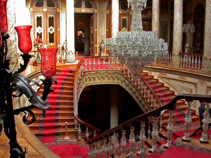 A famosa escadaria de cristais Baccarat do Palácio Dolmabahce
