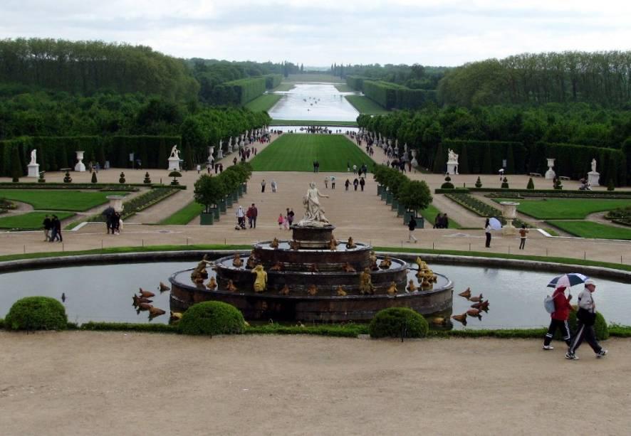 Vista geral dos amplos jardins e bosques de Versalhes