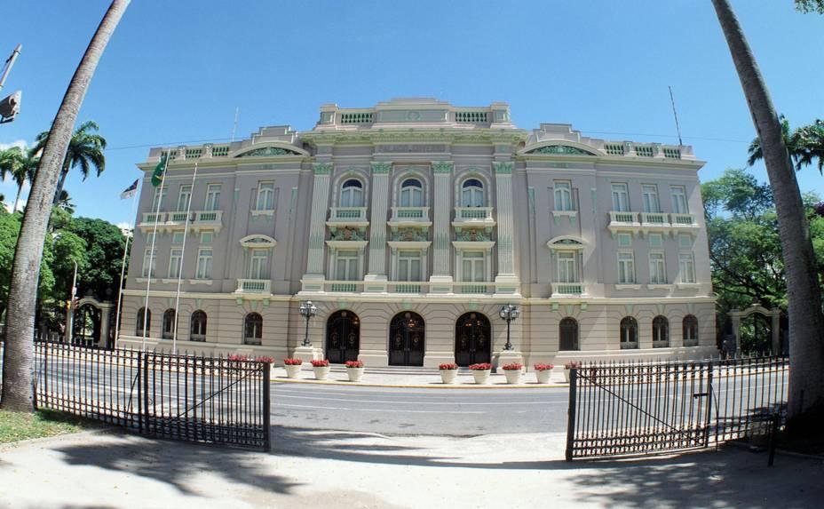 """<strong>7. <a href=""""http://viajeaqui.abril.com.br/estabelecimentos/br-pe-recife-atracao-palacio-do-campo-das-princesas-1842"""" rel=""""PALÁCIO DO CAMPO DAS PRINCESAS"""" target=""""_blank"""">PALÁCIO DO CAMPO DAS PRINCESAS</a></strong>(700 metros)        Sede do governo estadual. Às quintas, sextas e na manhã de domingo, há visitas guiadas.<em>Praça da República, s/nº, Santo Antônio</em>"""