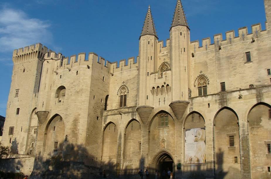 Pausa para uma tacinha, bem na frente do Palais des Papes, lembrança de quando Avignon foi sede do Vaticano
