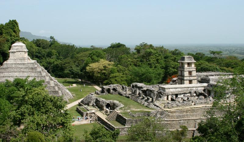 """<strong>Palenque</strong><br />Patrimônio da Humanidade desde 1987, foi uma das cidades maias mais influentes no período clássico tardio, ao lado das também grandiosas <a href=""""http://viajeaqui.abril.com.br/estabelecimentos/guatemala-cidade-da-guatemala-atracao-parque-nacional-tikal"""" rel=""""Tikal"""" target=""""_blank""""><strong>Tikal</strong></a> (Guatemala) e Calakmul (México). Palenque teve seu apogeu entre os anos 600 e 800 d.C. e foi berço de uma das dinastias mais notáveis entre seus pares maias, encabeçada por Pakal, o Grande. A descoberta de sua tumba, em 1952, é até hoje considerada um dos achados arqueológicos mais relevantes da Mesoamérica"""