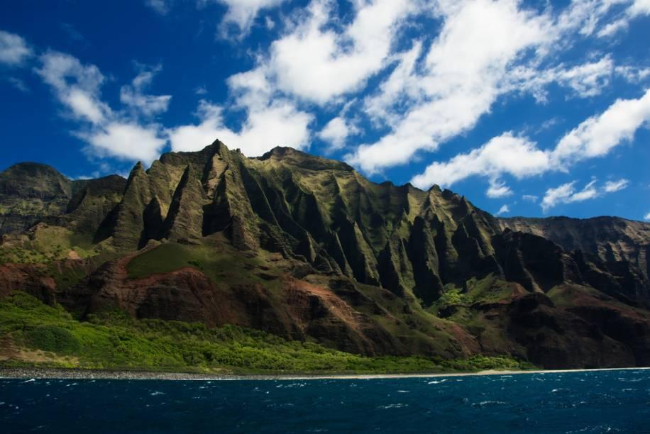 """A costa de Na Pali, em Kauai, é um dos muitos atrativos no arquipélago do <a href=""""http://viagemeturismo.abril.com.br/cidades/honolulu-3/"""">Havaí</a>. Da cultural única ao mundo do surfe, de praias espetaculares ao espírito do aloha, este é um destino turístico por excelência"""
