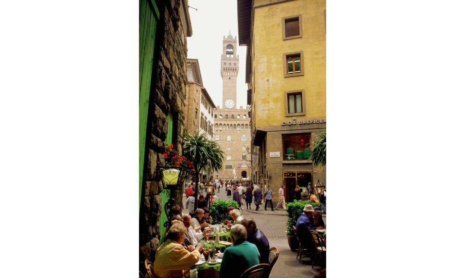 """<a href=""""http://viajeaqui.abril.com.br/cidades/italia-florenca-firenze"""" rel=""""Florença, Itália""""><strong>Florença, Itália</strong></a> -A pequena Florença, como outras famosas regiões italianas, é o que muitos chamam de cidade do bem viver, lugar onde a vida acontece num tempo próprio, longe da loucura e do corre-corre dos grandes centros urbanos. Soma-se a isso o fato de que em muitas ruas por lá não é permitido o fluxo de carro, ou quando liberados, os quatro-rodas nem sempre cabem no estreito espaço entre as calçadas, sempre abarrotadas de turistas e gente local. Na foto acima, a região próxima ao Palazzo Vecchio"""