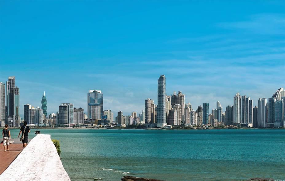O skyline moderno de uma Cidade do Panamá em expansão