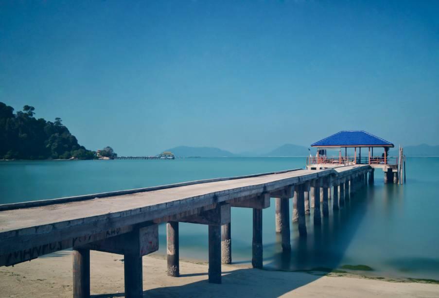 """<strong>Pangkor Island, <a href=""""http://viajeaqui.abril.com.br/paises/malasia"""" rel=""""Malásia"""" target=""""_self"""">Malásia</a></strong>No passado, a ilha serviu como refúgio para pescadores, comerciantes e até piratas. Ou seja: o lugar é ideal para quem procura sossego em meio a cenários paradisíacos. O mar, combinado com o vento forte, é ideal para windsurfe<em><a href=""""http://www.booking.com/city/my/pangkor.pt-br.html?aid=332455&label=viagemabril-praias-da-malasia-tailandia-indonesia-e-filipinas"""" rel=""""Veja preços de hotéis em Pangkor no Booking.com"""" target=""""_blank"""">Veja preços de hotéis em Pangkor no Booking.com</a></em>"""