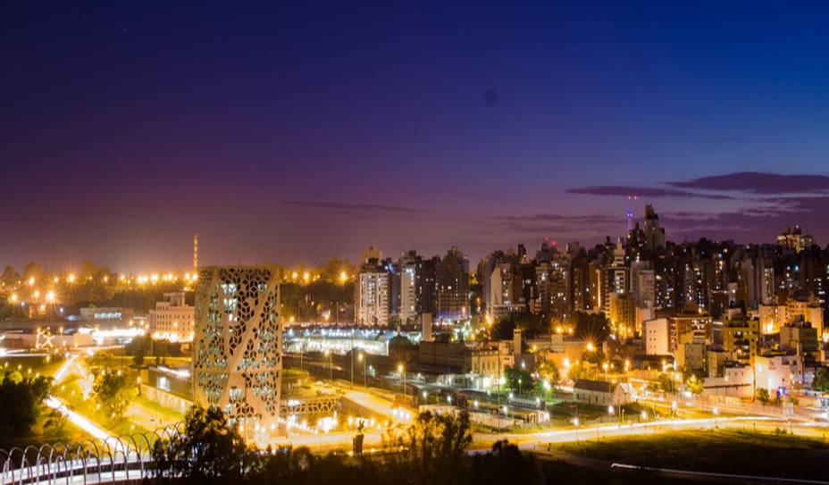 Córdoba é a segunda cidade mais importante da Argentina. Do alto, é possível ter uma visão do Centro e da região de Nueva Córdoba, com o vislumbre da Puente del Bicentenario, que cruza o Rio Suquía, da nova casa do governo, do Parque Sarmiento e do Faro del Bicentenario