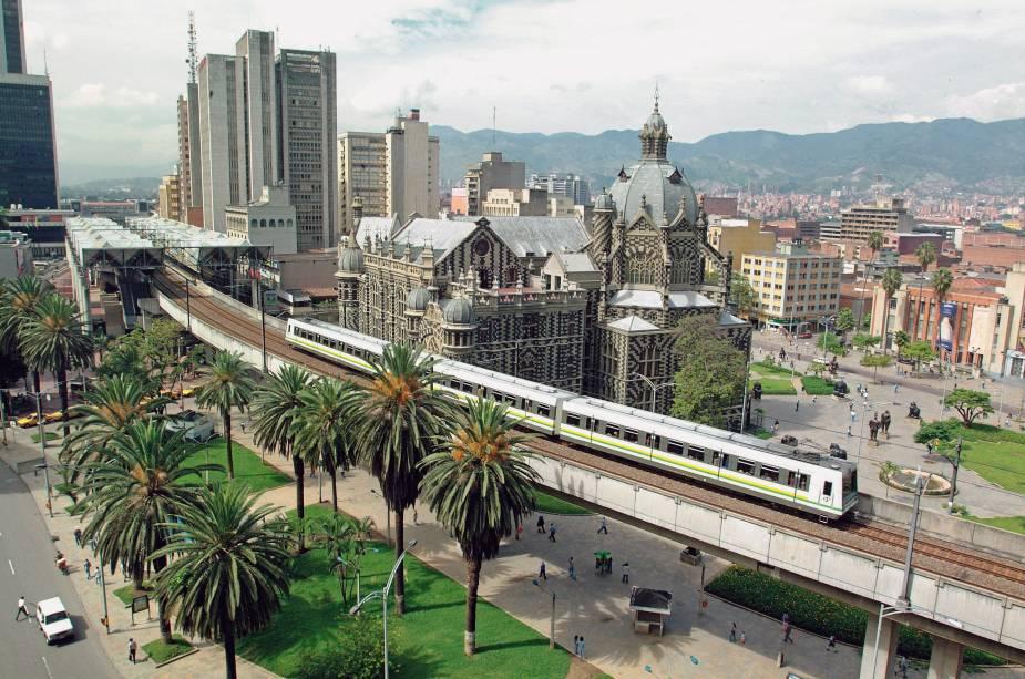 """<strong>Medellín</strong>                Cosmopolita, Medellín está entre as maiores cidades da <a href=""""http://viajeaqui.abril.com.br/paises/colombia"""" rel=""""Colômbia"""" target=""""_blank"""">Colômbia</a>. Suas recentes reformas estruturais a colocaram ainda mais na rota dos turistas graças à construção de bibliotecas, parques e aumento de opções de transporte público                <em><a href=""""http://www.booking.com/city/co/medellin.pt-br.html?aid=332455&label=viagemabril-cenarios-da-colombia"""" rel=""""Veja preços de hotéis em Medellín no Booking.com"""" target=""""_blank"""">Veja preços de hotéis em Medellín no Booking.com</a></em>"""