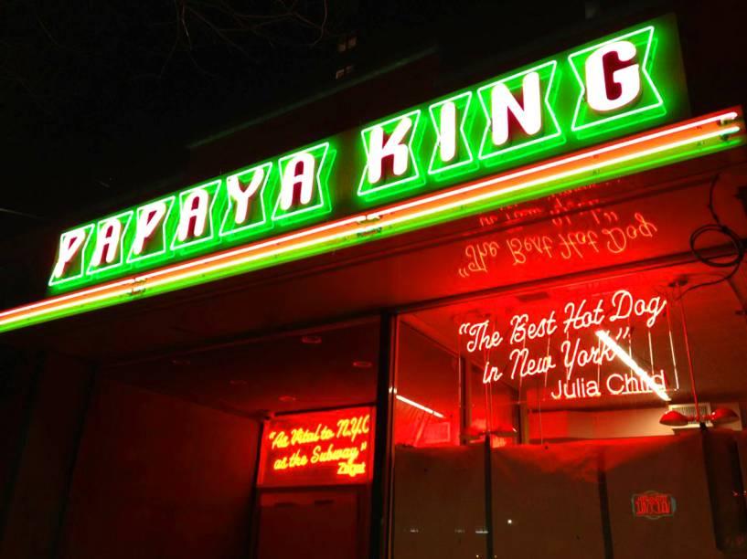 """<strong><a href=""""http://www.papayaking.com/"""" rel=""""Papaya King"""" target=""""_blank"""">Papaya King</a></strong>            Não confunda: os hot dogs de carrinho de Nova York não se comparam aos prensados espalhados em larga escala pelo Brasil. Neles, só pão com salsicha - e se quiser algo mais elaborado, só em restaurantes e lanchonetes mesmo. Aqui no Papaya, as opções podem vir com chilli, cebola, chucrute e pimenta.<em>179 East 86th Street,10028</em>"""