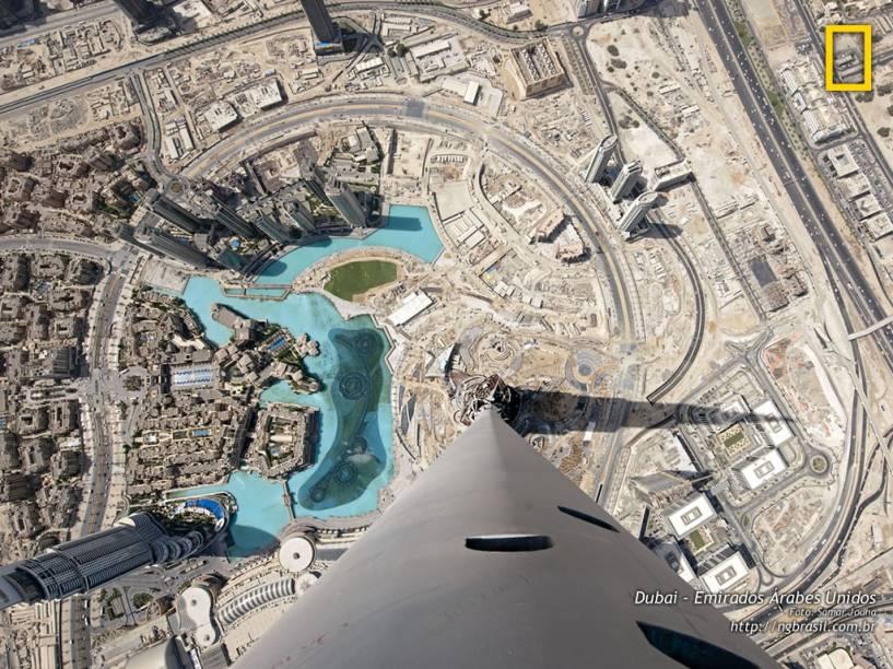 Do topo do edifício mais alto do mundo - o Burj Khalifa, com 164 andares e 828 metros de altura - se nota a história de Dubai. As áreas ocupadas refletem o desenvolvimento; as abertas são restos do passado.