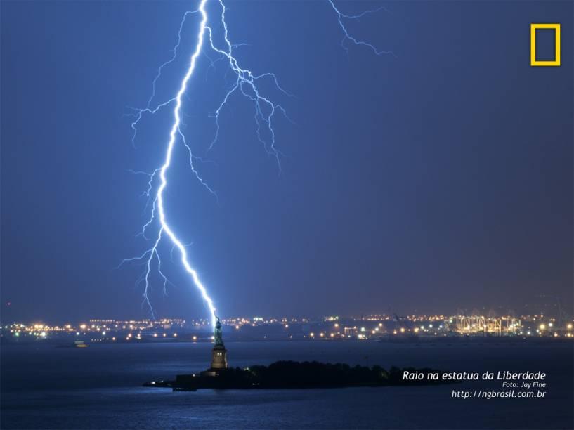 Sob uma tempestade de relâmpagos, a estátua da Liberdade destaca-se das luzes da costa de Nova Jersey. Embora este raio não tenha atingido o monumento, estima-se que isso ocorra algumas vezes a cada ano.