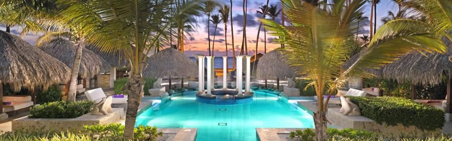 """<strong><a href=""""http://www.melia.com/en/hotels/dominican-republic/punta-cana/paradisus-palma-real-golf-and-spa-resort/index.html?codigoHotel=5910"""" rel=""""Paradisus Palma Real Resort"""" target=""""_blank"""">Paradisus Palma Real Resort</a> – <a href=""""http://viajeaqui.abril.com.br/paises/republica-dominicana"""" rel=""""República Dominicana"""" target=""""_blank"""">República Dominicana</a></strong>Acomodações 5 estrelas à beira-mar com serviço de mordomo personalizado para cada hóspede. O principal destaque gastronômico deste mega-hotel é o chef Martin Berastegui, que tem sete estrelas Michelin no currículo e é considerado um dos melhores chefs do mundo! A conta de seu restaurante é adicional ao valor da diária, porém outras ofertas gastronômicas estão inclusas e têm atendimento 24h. Atividades aquáticas incluídas vão do caiaque à vela e excursões para observação de golfinhos. O resort também tem aulas de cozinha japonesa e de dança, além de bar com drinks ilimitados. O The Reserve que fica dentro do Palma Real (e está nesta lista) é perfeito para famílias com crianças<a href=""""http://www.booking.com/hotel/do/paradisus-palma-real-resort.pt-br.html?aid=332455&label=viagemabril-resortscaribeallinclusive"""" rel=""""Reserve a sua hospedagem nesse resort através do Booking.com"""" target=""""_blank""""><em>Reserve a sua hospedagem nesse resort através do Booking.com</em></a>"""