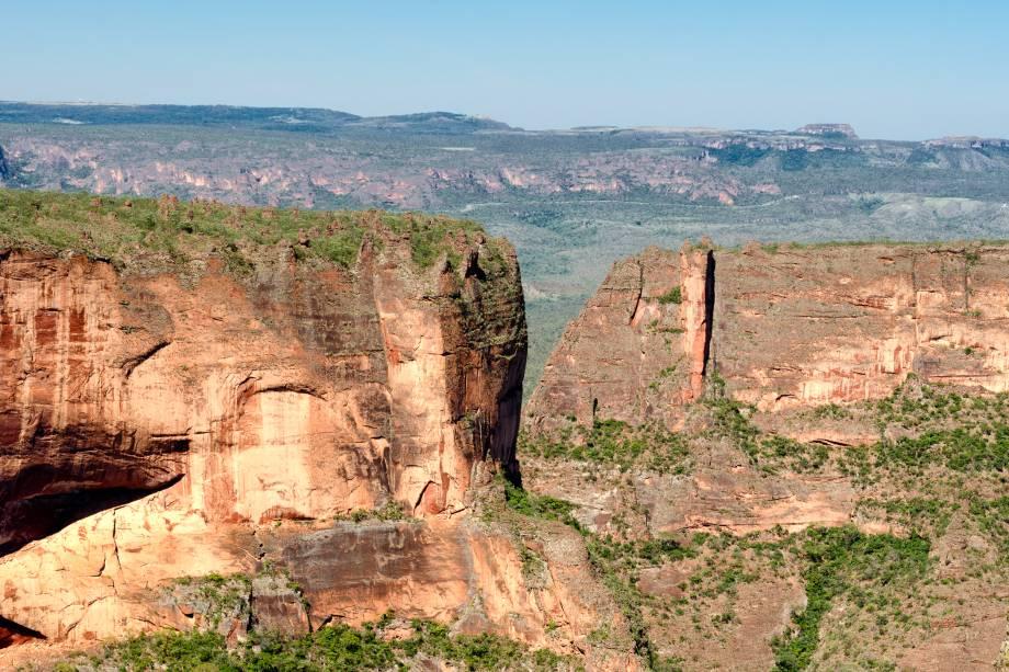 """<a href=""""http://viajeaqui.abril.com.br/cidades/br-mt-chapada-dos-guimaraes"""" rel=""""Chapada dos Guimarães"""" target=""""_blank""""><strong>Chapada dos Guimarães</strong></a>    Paredões rochosos impressionam quem se aventura a fazer trekkings pela Chapada dos Guimarães"""