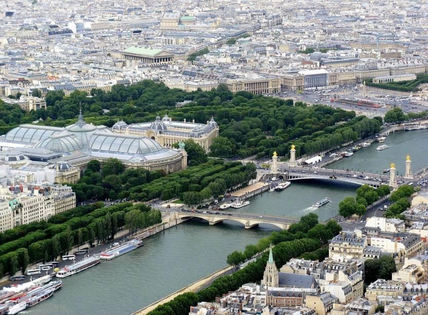 O rio Sena é vencido por diversas pontes na região de Paris, como a des Invalides e a ornamentada Alexandre III