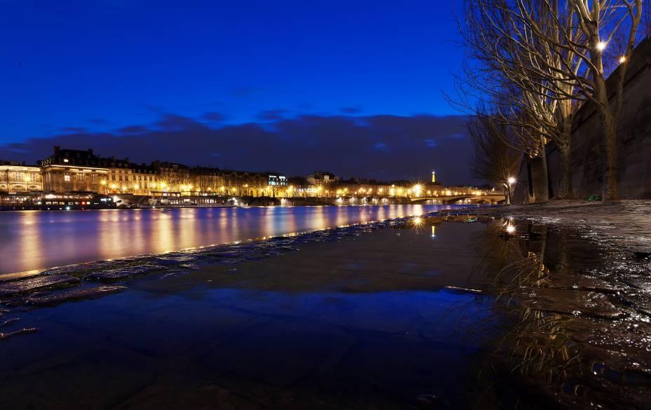 Prepare-se com suas roupas mais quentinhas e caminhe pela noite parisiense, que vale a pena mesmo no frio. Há cenários lindos e inesquecíveis na capital francesa