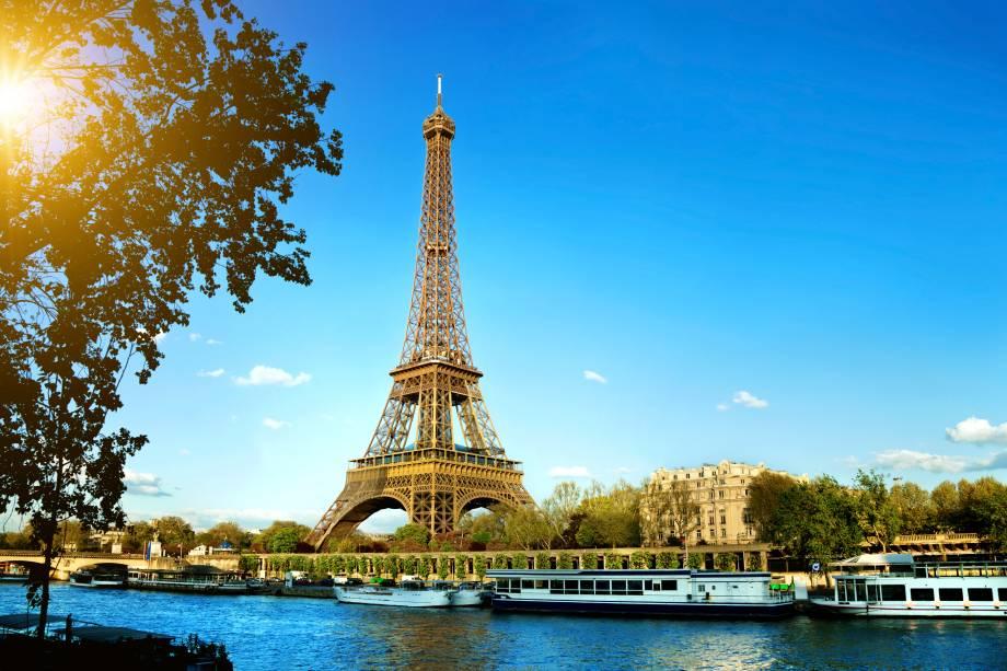 A Torre Eiffel no verão parisiense