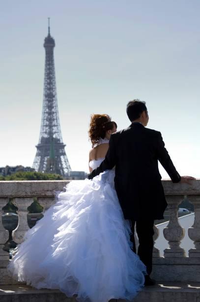 """<strong>Paris, França</strong>    O romantismo que a Cidade Luz exala é capaz de fazer até os casais mais neuróticos darem uma trégua nas briguinhas. Imagine, portanto, uma cerimônia de casamento na Place Vendôme. Ou então nas proximidades da <a href=""""http://viajeaqui.abril.com.br/estabelecimentos/franca-paris-atracao-champs-elysees"""" rel=""""Champs Élysées"""" target=""""_blank"""">Champs Élysées</a>, seguido de um passeio pela <a href=""""http://viajeaqui.abril.com.br/estabelecimentos/franca-paris-atracao-torre-eiffel"""" rel=""""Torre Eiffel"""" target=""""_blank"""">Torre Eiffel</a>. Há poucas coisas tão parisienses quanto essas possíveis festas que a empresa <a href=""""http://www.weddingsinfrance.com/destination_wedding_locations/ile_de_france_paris/weddings_in_paris.html"""" rel=""""Weddings in France"""" target=""""_blank"""">Weddings in France</a> prepara. Em <strong><a href=""""http://viajeaqui.abril.com.br/cidades/franca-paris"""" rel=""""Paris"""" target=""""_blank"""">Paris</a>,</strong> há procedimentos adaptados para várias religiões, celebração em castelos franceses e até aluguel de helicóptero para os noivos."""
