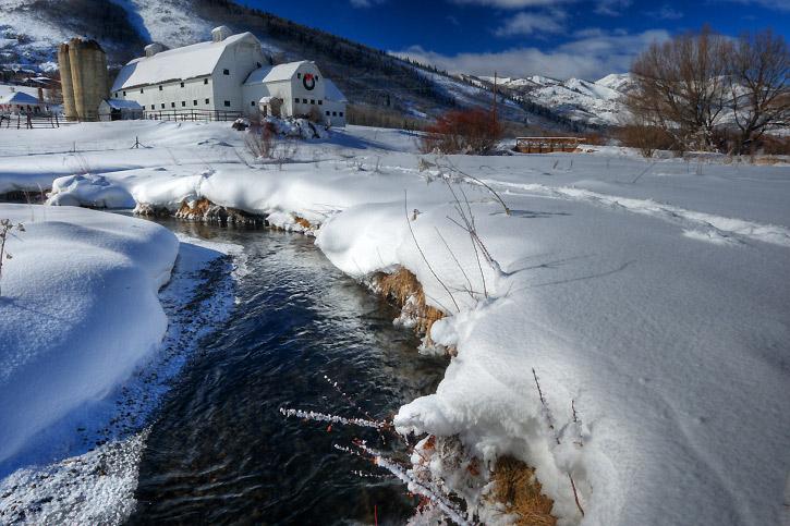 <strong>Park City, Utah, Estados Unidos</strong><br />    Terra do U.S. Ski Team, Park City tem três resorts de esqui e secos flocos de neve que a estabeleceram como uma das melhores cidades de esqui nos Estados Unidos. Os teleféricos transportam as pessoas diretamente do centro, onde uma ponte as ligam à histórica Main Street, recheada de restaurantes, butiques e galerias de arte. Park City Mountain Resort é a opção mais acessível, com quatro pistas para manobras, esqui noturno, escola de esqui e terreno ideal para iniciantes e avançados