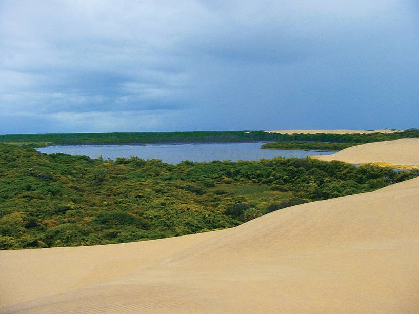 "A cidade, segunda maior do Piauí, é base para os passeios no Delta do Parnaíba e abriga outras atrações como praias e a Lagoa do Portinho.<a href=""https://www.booking.com/searchresults.pt-br.html?aid=332455&lang=pt-br&sid=eedbe6de09e709d664615ac6f1b39a5d&sb=1&src=searchresults&src_elem=sb&error_url=https%3A%2F%2Fwww.booking.com%2Fsearchresults.pt-br.html%3Faid%3D332455%3Bsid%3Deedbe6de09e709d664615ac6f1b39a5d%3Bclass_interval%3D1%3Bdest_id%3D1347%3Bdest_type%3Dregion%3Bdtdisc%3D0%3Bfrom_sf%3D1%3Bgroup_adults%3D2%3Bgroup_children%3D0%3Binac%3D0%3Bindex_postcard%3D0%3Blabel_click%3Dundef%3Bno_rooms%3D1%3Boffset%3D0%3Bpostcard%3D0%3Braw_dest_type%3Dregion%3Broom1%3DA%252CA%3Bsb_price_type%3Dtotal%3Bsearch_selected%3D1%3Bsrc%3Dsearchresults%3Bsrc_elem%3Dsb%3Bss%3DMaranh%25C3%25A3o%252C%2520%25E2%2580%258BBrasil%3Bss_all%3D0%3Bss_raw%3DMaranh%25C3%25A3o%3Bssb%3Dempty%3Bsshis%3D0%3Bssne_untouched%3DCear%25C3%25A1%26%3B&ss=Piau%C3%AD%2C+%E2%80%8BBrasil&ssne=Maranh%C3%A3o&ssne_untouched=Maranh%C3%A3o&checkin_monthday=&checkin_month=&checkin_year=&checkout_monthday=&checkout_month=&checkout_year=&no_rooms=1&group_adults=2&group_children=0&highlighted_hotels=&from_sf=1&ss_raw=Piau%C3%AD+&ac_position=0&ac_langcode=xb&dest_id=1346&dest_type=region&search_pageview_id=2c457a0695c70306&search_selected=true&search_pageview_id=2c457a0695c70306&ac_suggestion_list_length=5&ac_suggestion_theme_list_length=0"" target=""_blank"" rel=""noopener""><em>Busque hospedagens em Piauí </em></a>"
