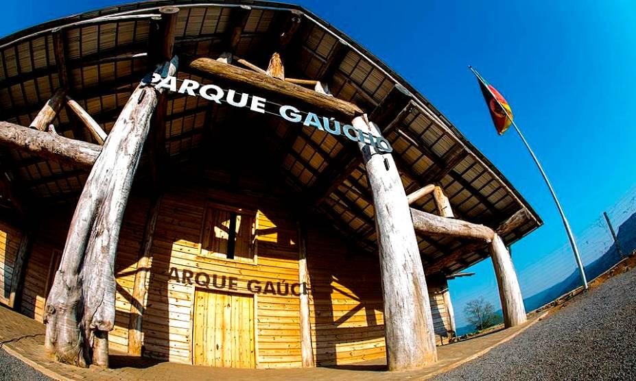 """<strong><a href=""""http://viajeaqui.abril.com.br/estabelecimentos/br-rs-gramado-atracao-parque-do-gaucho"""" rel=""""12. Parque do Gaúcho """" target=""""_self"""">12. Parque do Gaúcho </a></strong>            É um programa e tanto pra quem deseja mergulhar na incrível cultura do Rio Grande, que inclui monitores com trajes típicos e um guia para aprender a preparar o viciante chimarrão."""