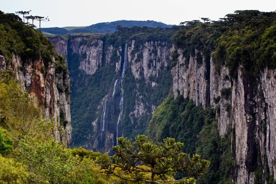 """<strong><a href=""""http://www.icmbio.gov.br/parnaaparadosdaserra/guia-do-visitante.html"""" target=""""_blank"""" rel=""""noopener"""">Parque Nacional Aparados da Serra</a>, Cambará do Sul, Rio Grande do Sul, Brasil</strong> Trilhas e cachoeiras marcam a paisagem espetacular dessa linda cidade gaúcha. É aqui que fica o cênico cânion do Itaimbezinho, com 720 m de profundidade e explorado em larga escala por turistas aventureiros <em><a href=""""https://www.booking.com/searchresults.pt-br.html?aid=332455&sid=b6bf542626b1a2c7a9951e44506f270a&sb=1&src=searchresults&src_elem=sb&error_url=https%3A%2F%2Fwww.booking.com%2Fsearchresults.pt-br.html%3Faid%3D332455%3Bsid%3Db6bf542626b1a2c7a9951e44506f270a%3Btmpl%3Dsearchresults%3Bac_click_type%3Db%3Bac_position%3D0%3Bclass_interval%3D1%3Bdest_id%3D38%3Bdest_type%3Dcountry%3Bdtdisc%3D0%3Bfrom_sf%3D1%3Bgroup_adults%3D2%3Bgroup_children%3D0%3Binac%3D0%3Bindex_postcard%3D0%3Blabel_click%3Dundef%3Bno_rooms%3D1%3Boffset%3D0%3Bpostcard%3D0%3Braw_dest_type%3Dcountry%3Broom1%3DA%252CA%3Bsb_price_type%3Dtotal%3Bsearch_selected%3D1%3Bshw_aparth%3D1%3Bslp_r_match%3D0%3Bsrc%3Dsearchresults%3Bsrc_elem%3Dsb%3Bsrpvid%3Dcb5f8376b21d0285%3Bss%3DCanad%25C3%25A1%3Bss_all%3D0%3Bss_raw%3Dcanada%3Bssb%3Dempty%3Bsshis%3D0%3Bssne%3DNahanni%2520National%2520Park%2520Reserve%2520of%2520Canada%252C%2520Fort%2520Smith%252C%2520Unorganized%252C%2520NT%252C%2520Canada%3Bssne_untouched%3DNahanni%2520National%2520Park%2520Reserve%2520of%2520Canada%252C%2520Fort%2520Smith%252C%2520Unorganized%252C%2520NT%252C%2520Canada%3Btop_ufis%3D1%26%3B&ss=Aparados+da+Serra+National+Park+-+Rodovia+RS+429+-+Zona+Rural%2C+Cambar%C3%A1+do+Sul+-+RS%2C+Brazil&is_ski_area=&ssne=Canad%C3%A1&ssne_untouched=Canad%C3%A1&checkin_monthday=&checkin_month=&checkin_year=&checkout_monthday=&checkout_month=&checkout_year=&group_adults=2&group_children=0&no_rooms=1&from_sf=1&ss_raw=Parque+Nacional+Aparados+da+Serra&ac_position=1&ac_click_type=g&dest_id=ChIJJ5kl0yg275QRcnKeyHLNBYM&dest_type=landmark&place_id=ChI"""