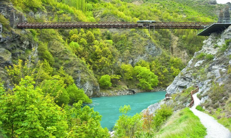 """<strong><a href=""""https://www.doc.govt.nz/parks-and-recreation/places-to-go/fiordland/places/fiordland-national-park/"""" target=""""_blank"""" rel=""""noopener"""">Parque Nacional de Fiordland</a>, Nova Zelândia</strong> É considerado um dos principais pontos turísticos do país. Os fiordes que compõem a região formam uma paisagem cênica, que já serviu como pano de fundo para o filme <em>O Senhor dos Anéis</em>. O famoso fiorde de Milford Sound fica aqui <em><a href=""""https://www.booking.com/searchresults.pt-br.html?aid=332455&sid=b6bf542626b1a2c7a9951e44506f270a&sb=1&src=searchresults&src_elem=sb&error_url=https%3A%2F%2Fwww.booking.com%2Fsearchresults.pt-br.html%3Faid%3D332455%3Bsid%3Db6bf542626b1a2c7a9951e44506f270a%3Btmpl%3Dsearchresults%3Bac_click_type%3Db%3Bac_position%3D0%3Bclass_interval%3D1%3Bdest_id%3D2586%3Bdest_type%3Dregion%3Bdtdisc%3D0%3Bfrom_sf%3D1%3Bgroup_adults%3D2%3Bgroup_children%3D0%3Binac%3D0%3Bindex_postcard%3D0%3Blabel_click%3Dundef%3Bno_rooms%3D1%3Boffset%3D0%3Bpostcard%3D0%3Braw_dest_type%3Dregion%3Broom1%3DA%252CA%3Bsb_price_type%3Dtotal%3Bsearch_selected%3D1%3Bshw_aparth%3D1%3Bslp_r_match%3D0%3Bsrc%3Dsearchresults%3Bsrc_elem%3Dsb%3Bsrpvid%3D50e58093b4a2005d%3Bss%3DSnowdonia%252C%2520Reino%2520Unido%3Bss_all%3D0%3Bss_raw%3Dsnowdonia%3Bssb%3Dempty%3Bsshis%3D0%3Bssne%3DSurf%2520Snowdonia%3Bssne_untouched%3DSurf%2520Snowdonia%3Btop_ufis%3D1%26%3B&ss=Fiordland+National+Park%2C+Nova+Zel%C3%A2ndia&is_ski_area=&ssne=Snowdonia&ssne_untouched=Snowdonia&checkin_monthday=&checkin_month=&checkin_year=&checkout_monthday=&checkout_month=&checkout_year=&group_adults=2&group_children=0&no_rooms=1&from_sf=1&ss_raw=fiordland+national+park&ac_position=0&ac_langcode=xb&ac_click_type=b&dest_id=4176&dest_type=region&place_id_lat=-45.425373&place_id_lon=167.714447&search_pageview_id=50e58093b4a2005d&search_selected=true&region_type=free_region&search_pageview_id=50e58093b4a2005d&ac_suggestion_list_length=5&ac_suggestion_theme_list_length=0"""" target=""""_blank"""" rel=""""noopener"""">Veja preç"""