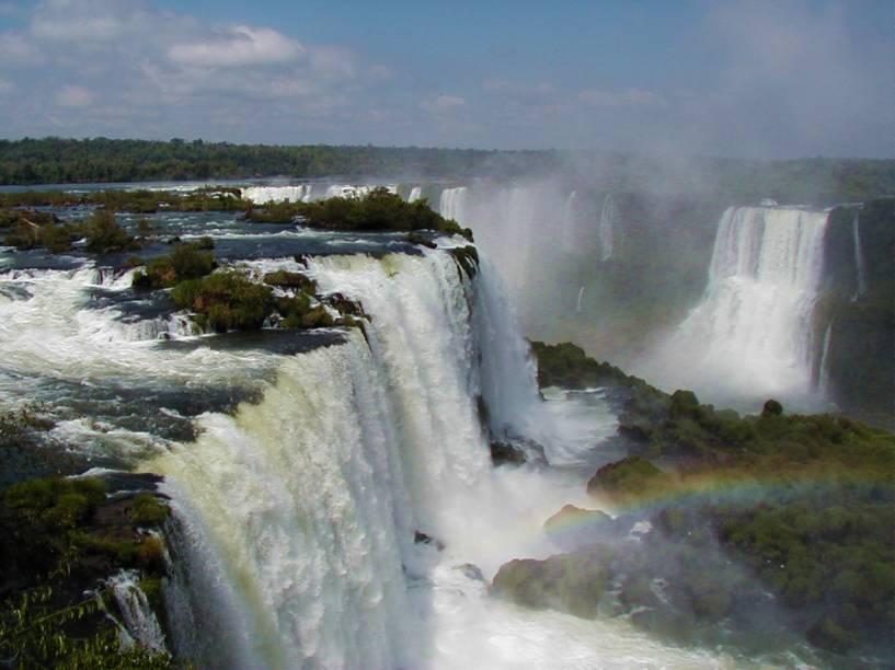 """<strong><a href=""""https://cataratasdoiguacu.com.br/"""" target=""""_blank"""" rel=""""noopener"""">Parque Nacional do Iguaçu</a>, Foz do Iguaçu, Paraná, Brasil:</strong> Difícil encontrar um brasileiro que alguma vez não tenha sonhado em visitar as belíssimas cataratas que marcam o parque. Com quase 190 mil hectares, a região é cercada de projetos que visam a conservação da Mata Atlântica <em><a href=""""https://www.booking.com/searchresults.pt-br.html?aid=332455&sid=b6bf542626b1a2c7a9951e44506f270a&sb=1&src=searchresults&src_elem=sb&error_url=https%3A%2F%2Fwww.booking.com%2Fsearchresults.pt-br.html%3Faid%3D332455%3Bsid%3Db6bf542626b1a2c7a9951e44506f270a%3Btmpl%3Dsearchresults%3Bac_click_type%3Db%3Bac_position%3D0%3Bclass_interval%3D1%3Bdest_id%3D94393%3Bdest_type%3Dlandmark%3Bdtdisc%3D0%3Bfrom_sf%3D1%3Bgroup_adults%3D2%3Bgroup_children%3D0%3Binac%3D0%3Bindex_postcard%3D0%3Blabel_click%3Dundef%3Bno_rooms%3D1%3Boffset%3D0%3Bpostcard%3D0%3Braw_dest_type%3Dlandmark%3Broom1%3DA%252CA%3Bsb_price_type%3Dtotal%3Bsearch_selected%3D1%3Bshw_aparth%3D1%3Bslp_r_match%3D0%3Bsrc%3Dsearchresults%3Bsrc_elem%3Dsb%3Bsrpvid%3De45d7f9b9e96013f%3Bss%3DCentro%2520de%2520Informa%25C3%25A7%25C3%25B5es%2520do%2520Parque%2520Nacional%2520Triglav%252C%2520Bohinj%252C%2520Gorenjska%252C%2520Eslov%25C3%25AAnia%3Bss_all%3D0%3Bss_raw%3DParque%2520Nacional%2520do%2520Triglav%3Bssb%3Dempty%3Bsshis%3D0%3Bssne%3DParque%2520Nacional%2520Yosemite%3Bssne_untouched%3DParque%2520Nacional%2520Yosemite%3Btop_ufis%3D1%26%3B&ss=Parque+Nacional+do+Igua%C3%A7u%2C+Puerto+Iguaz%C3%BA%2C+Misiones%2C+Argentina&is_ski_area=&ssne=Centro+de+Informa%C3%A7%C3%B5es+do+Parque+Nacional+Triglav&ssne_untouched=Centro+de+Informa%C3%A7%C3%B5es+do+Parque+Nacional+Triglav&checkin_monthday=&checkin_month=&checkin_year=&checkout_monthday=&checkout_month=&checkout_year=&group_adults=2&group_children=0&no_rooms=1&from_sf=1&ss_raw=Parque+Nacional+do+Igua%C3%A7u&ac_position=0&ac_langcode=xb&ac_click_type=b&dest_id=248648&dest_type=landmark&place_id_lat="""