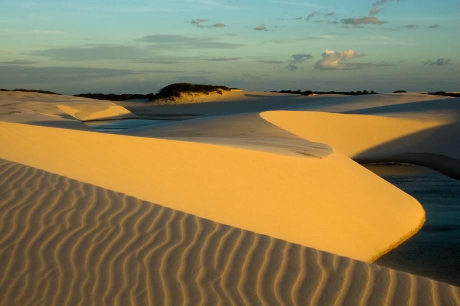 """<strong><a href=""""http://www.icmbio.gov.br/parnalencoismaranhenses/guia-do-visitante.html"""" target=""""_blank"""" rel=""""noopener"""">Parque Nacional dos Lençóis Maranhenses</a>, Maranhão, Brasil</strong> A paisagem espetacular é formada por uma quantidade imensa de dunas, a se perder de vista: a área total do parque é de 186 mil hectares. Nos pequenos vales entre as dunas, há lagoas sazonais, que somem na época da seca <em><a href=""""https://www.booking.com/searchresults.pt-br.html?aid=332455&sid=b6bf542626b1a2c7a9951e44506f270a&sb=1&src=searchresults&src_elem=sb&error_url=https%3A%2F%2Fwww.booking.com%2Fsearchresults.pt-br.html%3Faid%3D332455%3Bsid%3Db6bf542626b1a2c7a9951e44506f270a%3Btmpl%3Dsearchresults%3Bac_click_type%3Db%3Bac_position%3D0%3Bclass_interval%3D1%3Bdest_id%3D248648%3Bdest_type%3Dlandmark%3Bdtdisc%3D0%3Bfrom_sf%3D1%3Bgroup_adults%3D2%3Bgroup_children%3D0%3Binac%3D0%3Bindex_postcard%3D0%3Blabel_click%3Dundef%3Bno_rooms%3D1%3Boffset%3D0%3Bpostcard%3D0%3Braw_dest_type%3Dlandmark%3Broom1%3DA%252CA%3Bsb_price_type%3Dtotal%3Bsearch_selected%3D1%3Bshw_aparth%3D1%3Bslp_r_match%3D0%3Bsrc%3Dsearchresults%3Bsrc_elem%3Dsb%3Bsrpvid%3Dd7e67fb9c7b30129%3Bss%3DParque%2520Nacional%2520do%2520Igua%25C3%25A7u%252C%2520Puerto%2520Iguaz%25C3%25BA%252C%2520Misiones%252C%2520Argentina%3Bss_all%3D0%3Bss_raw%3DParque%2520Nacional%2520do%2520Igua%25C3%25A7u%3Bssb%3Dempty%3Bsshis%3D0%3Bssne%3DCentro%2520de%2520Informa%25C3%25A7%25C3%25B5es%2520do%2520Parque%2520Nacional%2520Triglav%3Bssne_untouched%3DCentro%2520de%2520Informa%25C3%25A7%25C3%25B5es%2520do%2520Parque%2520Nacional%2520Triglav%3Btop_ufis%3D1%26%3B&ss=Parque+Nacional+dos+Len%C3%A7%C3%B3is+Maranhenses%2C+Barreirinhas+-+State+of+Maranh%C3%A3o%2C+Brazil&is_ski_area=&ssne=Parque+Nacional+do+Igua%C3%A7u&ssne_untouched=Parque+Nacional+do+Igua%C3%A7u&checkin_monthday=&checkin_month=&checkin_year=&checkout_monthday=&checkout_month=&checkout_year=&group_adults=2&group_children=0&no_rooms=1&from_sf=1&ss_raw=Parque+Nacional+dos+Len%C3%A7%"""