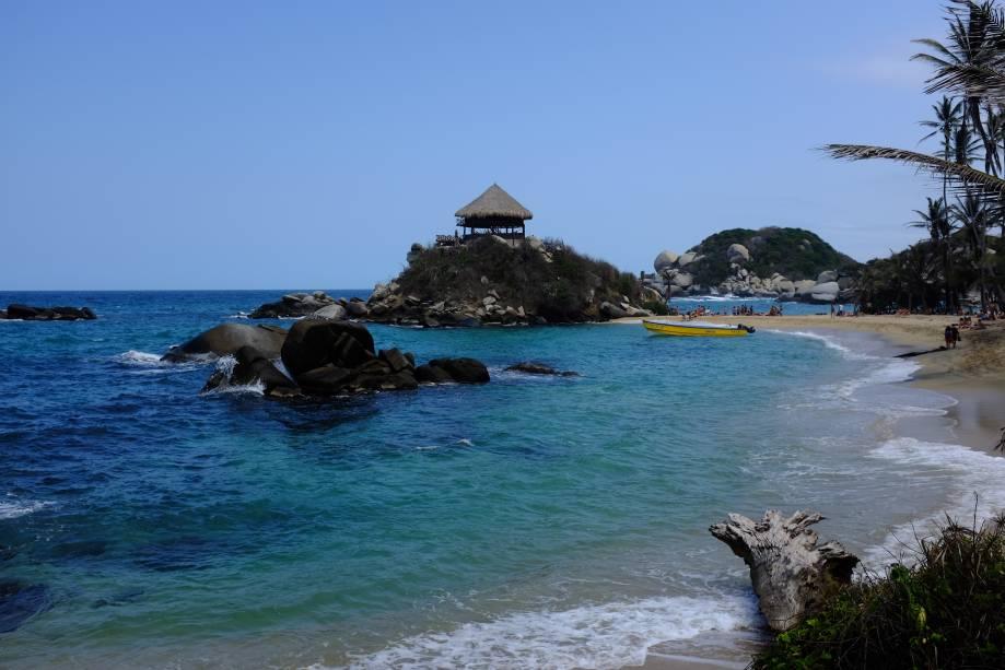 """<strong>Parque Nacional Natural Tayrona</strong>    No Parque Nacional Natural Tayrona, localizado na cidade litorânea de Santa Marta, há lindas praias para encantar os turistas. Seu entorno é emoldurado por uma natureza virgem e exuberante    <em><a href=""""http://www.booking.com/region/co/tayrona-national-park.pt-br.html?aid=332455&label=viagemabril-cenarios-da-colombia"""" rel=""""Veja preços de hotéis no Parque Nacional Tayrona no Booking.com"""" target=""""_blank"""">Veja preços de hotéis no Parque Nacional Tayrona no Booking.com</a></em>"""