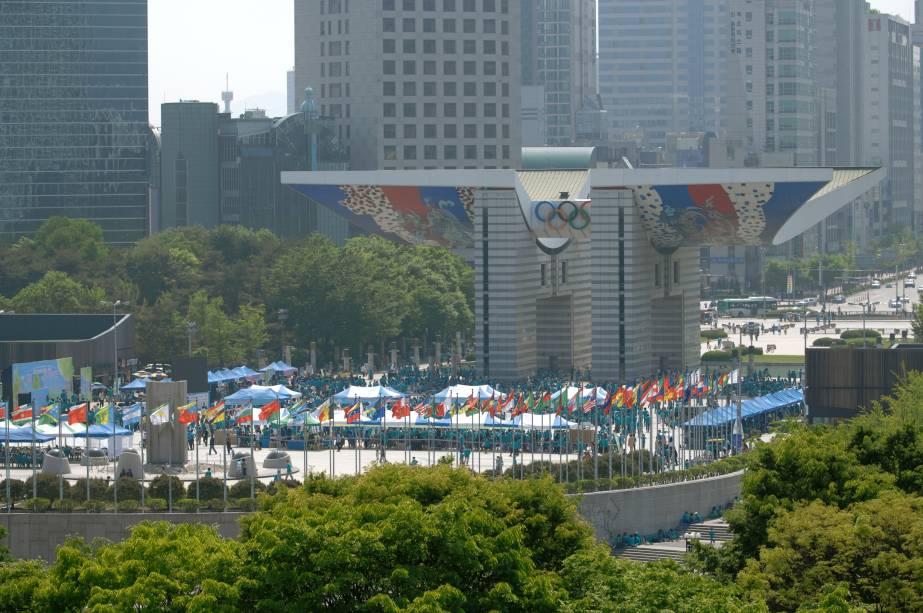 """<strong>21.<a href=""""http://viajeaqui.abril.com.br/cidades/coreia-do-sul-seul"""" target=""""_blank"""" rel=""""noopener"""">Seul</a>, <a href=""""http://viajeaqui.abril.com.br/paises/coreia-do-sul"""" target=""""_blank"""" rel=""""noopener"""">Coreia do Sul</a>, 1988 </strong> O parque olímpico de Seul (foto) foi palco de uma Olimpíada marcada por tensões da Guerra Fria, entre Coreia do Sul e do Norte - que preferiu não participar do evento"""