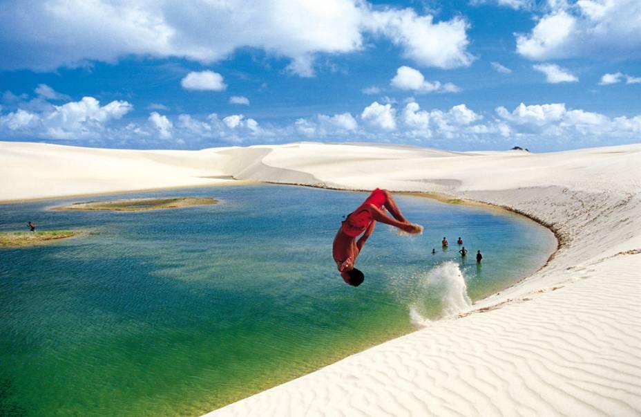 """No <a href=""""http://viajeaqui.abril.com.br/materias/lencois-maranhenses-santo-amaro-do-maranhao"""" rel=""""Parque Nacional dos Lençóis Maranhenses"""" target=""""_self"""">Parque Nacional dos Lençóis Maranhenses</a>, em <a href=""""http://viajeaqui.abril.com.br/cidades/br-ma-barreirinhas"""" rel=""""Barreirinhas"""" target=""""_self"""">Barreirinhas</a>, <a href=""""http://viajeaqui.abril.com.br/estados/br-maranhao"""" rel=""""Maranhão"""" target=""""_self"""">Maranhão</a>, dunas de até 40 metros de altura formam lagoas de águas cristalinas, em uma área margeada por 70 quilômetros de praias"""