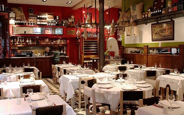 """<a href=""""http://viajeaqui.abril.com.br/estabelecimentos/ar-buenos-aires-restaurante-gran-parrilla-del-plata """" rel=""""Gran Parrilla del Plata"""" target=""""_blank""""><strong>Gran Parrilla del Plata</strong></a>Com um ar vintage, o bodegón conserva a atmosfera da antiga carniceria da década de 30, com ganchos e cortadores de carnes incorporados à decoração. O nome Gran Parrilla não é por acaso, já que o cardápio, bastante variado, inclui suculento bife de chorizo de 350 gramas ou de baby beef de 450 gramas.Site: www.parrilladelplata.comEndereço: Calle Chile, 594, San TelmoTelefone: +54 (11) 4300-8858"""