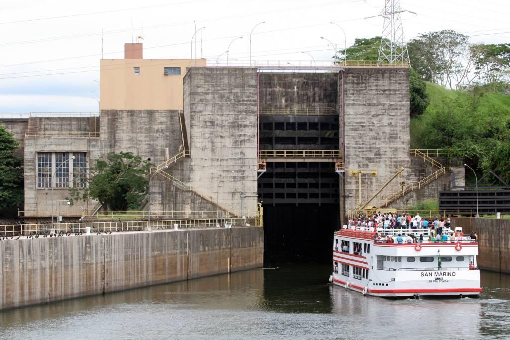 Passeio pela eclusa de Barra Bonita, na hidrovia Tietê-Paraná, em Barra Bonita, São Paulo