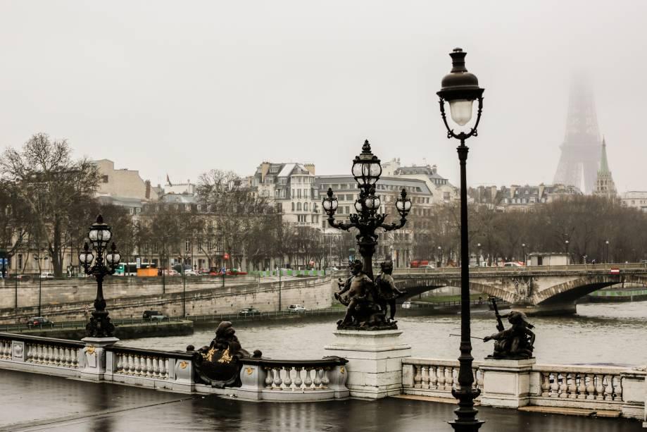 """<a href=""""http://viajeaqui.abril.com.br/cidades/franca-paris"""" rel=""""Paris"""" target=""""_blank"""">Paris</a> é, sim, linda durante o inverno. Ao visitar a capital francesa durante a estação mais fria do ano, é possível se deparar com paisagens que inspiram sentimentos de paixão, melancolia e mistério – como essa, às margens do Rio Sena (foto), que corta a cidade"""