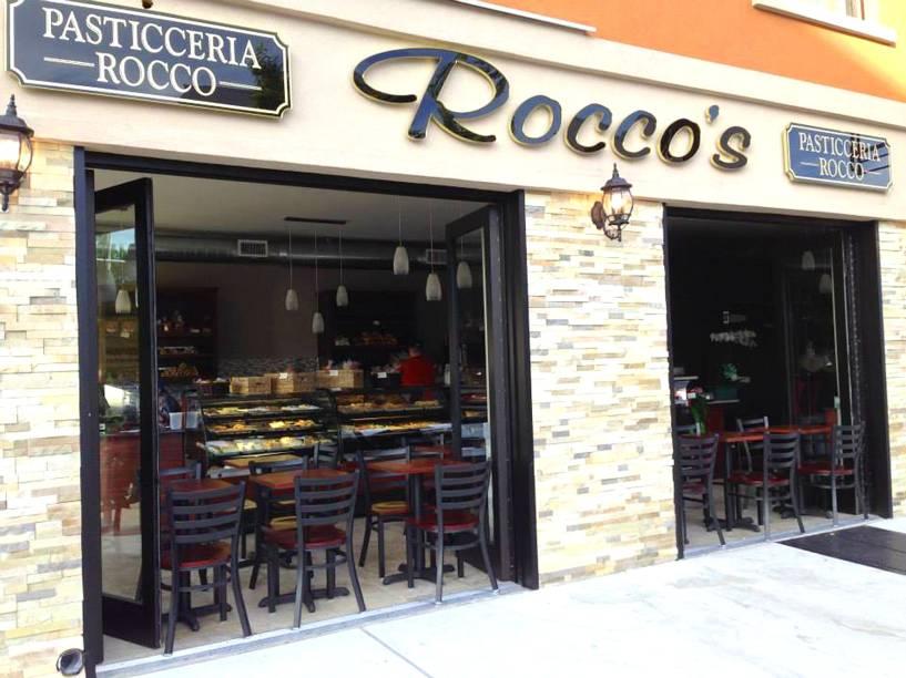 """<strong><a href=""""https://roccos.nyc/"""" rel=""""Pasticceria Rocco"""" target=""""_blank"""">Pasticceria Rocco</a></strong>            Sanduíches, wraps e paninis estão entres as principais escolhas do cardápio. O lugar também oferece um café da manhã bem completo, com escolhas que variam entre panquecas, brioches, omeletes e croissant.<em>9402 4th Ave, Brooklyn,11209</em> e<em>243 Bleecker Street, West Village,10014</em>"""