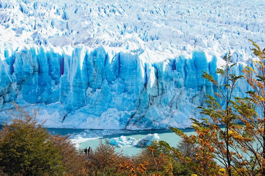 """<strong><a href=""""http://viajeaqui.abril.com.br/cidades/ar-patagonia"""" rel=""""Patagônia"""" target=""""_blank"""">Patagônia</a></strong><strong>–</strong><strong><a href=""""http://viajeaqui.abril.com.br/paises/argentina"""" rel=""""Argentina"""" target=""""_blank"""">Argentina</a></strong>""""O Glaciar Perito Moreno fica a 80 quilômetros de Calafate, de onde partem vários tours para visitar a região. Como vou sempre à Antártica – que tem um glaciar atrás do outro –, prefiro caminhar pelo Parque Nacional Los Glaciares, onde está Perito. Assim, faço minhas descobertas, como uma praia de pedra, onde minhas filhas ficaram brincando na água gelada"""""""
