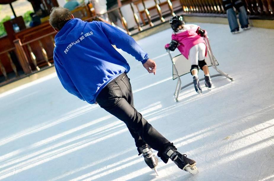 Não tem neve em Monte Verde, mas uma pista de patinação no gelo diverte crianças e adultos