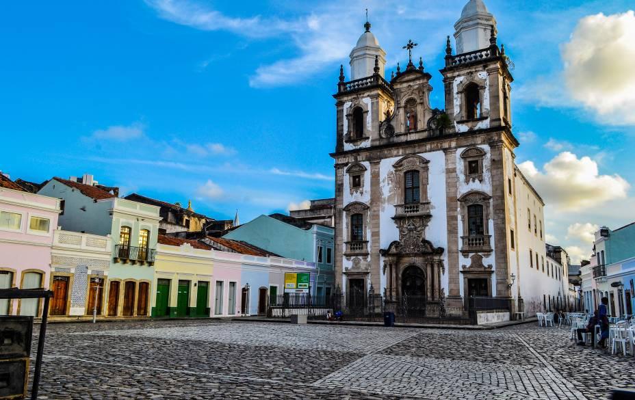 O Pátio de São Pedro, ladeado por casarões históricos e pela Catedral de São Pedro dos Clérigos