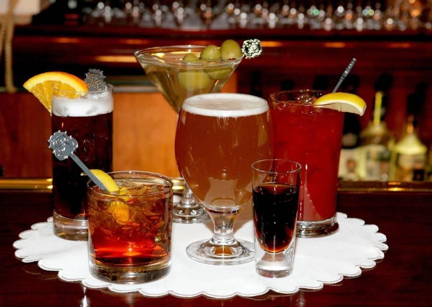 """<strong>Tennessee Whiskey </strong><strong>–</strong><strong> <a href=""""http://viajeaqui.abril.com.br/paises/estados-unidos"""" rel=""""Estados Unidos"""" target=""""_blank"""">Estados Unidos</a></strong><br />  Basicamente é um Bourbon produzido no, quem diria, estado do Tennessee. O que os produtores locais alegam ser as diferenças do original é um lento processo de filtragem em carvão de bordo e o envelhecimento em barris velhos, o que confere à bebida um sabor distinto.<br />  <strong>Teor alcoólico médio</strong><strong>:</strong> 40%"""