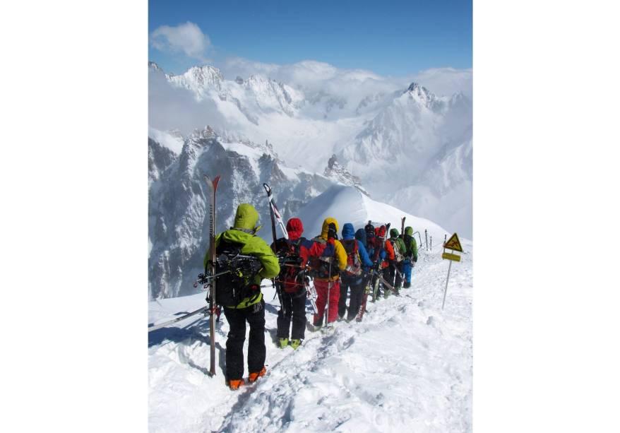 """Alpinistas rumo ao Valée Blanche, no topo da Europa, em <a href=""""http://viajeaqui.abril.com.br/materias/esqui-e-vida-selvagem-na-francesa-chamonix"""" rel=""""Chamonix Mont Blanc"""" target=""""_blank"""">Chamonix Mont Blanc</a>, <a href=""""http://viajeaqui.abril.com.br/paises/franca"""" rel=""""França"""" target=""""_blank"""">França</a>"""