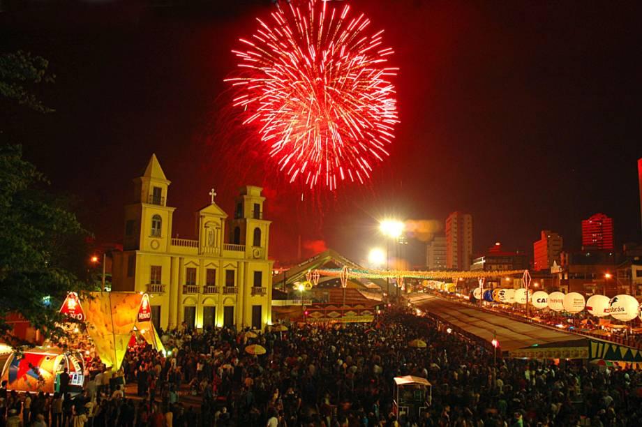Toneladas de fogos de artifício são estouradas nos principais dias da festa em Campina Grande (PB): na abertura, na noite do dia 23 de junho (véspera de São João) e no encerramento do evento