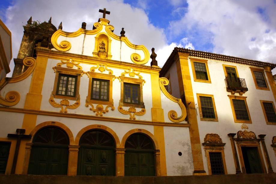 A construção é de 1585. No interior, uma galeria com 16 painéis de azulejos portugueses retrata a vida e morte de São Francisco