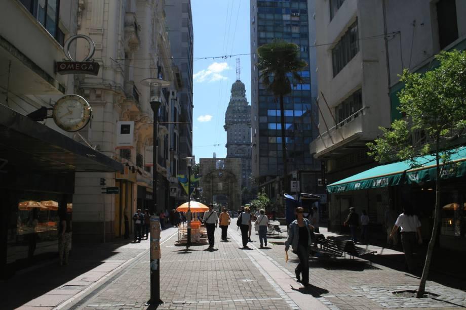 Peatonal Sarandí, um calçadão que concentra livrarias, lojas, cafés no centro velho de Montevidéu, no Uruguai