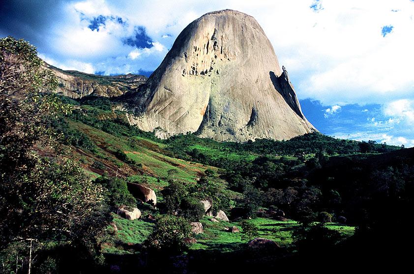 """<strong>4. <a href=""""http://viagemeturismo.abril.com.br/atracao/parque-estadual-da-pedra-azul/"""" target=""""_blank"""">Pedra Azul</a> (3 dias)</strong>Refúgio de inverno de casais e famílias capixabas, atrai também ecoturistas ao <a href=""""http://viajeaqui.abril.com.br/estabelecimentos/br-es-pedra-azul-atracao-parque-estadual-da-pedra-azul"""">Parque Estadual da Pedra Azul</a>. As lojas de orgânicos rendem boas compras."""