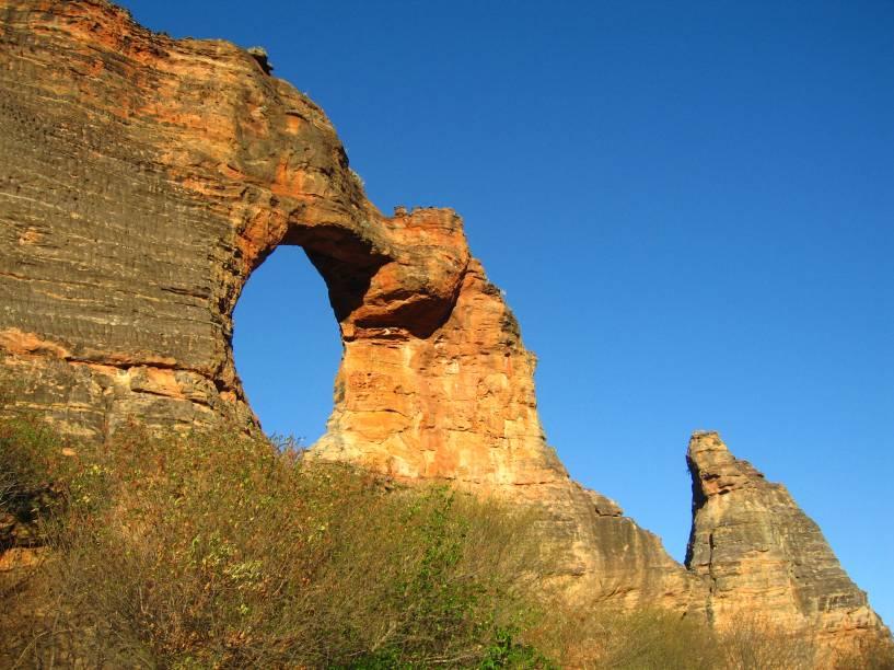 """<strong><a href=""""http://www.icmbio.gov.br/portal/visitacao1/unidades-abertas-a-visitacao/199-parque-nacional-da-serra-da-capivara"""" target=""""_blank"""" rel=""""noopener"""">Parque Nacional da Serra da Capivara</a>, Piauí, Brasil:</strong> É um dos mais belos parques nacionais do país, tombado como Patrimônio Cultural da Humanidade pela Unesco. Por aqui, fica a maior concentração de sítios arqueológicos do mundo, sendo a Pedra Furada o seu grande cartão-postal <em><a href=""""https://www.booking.com/searchresults.pt-br.html?aid=332455&sid=b6bf542626b1a2c7a9951e44506f270a&sb=1&src=searchresults&src_elem=sb&error_url=https%3A%2F%2Fwww.booking.com%2Fsearchresults.pt-br.html%3Faid%3D332455%3Bsid%3Db6bf542626b1a2c7a9951e44506f270a%3Btmpl%3Dsearchresults%3Bac_click_type%3Dg%3Bclass_interval%3D1%3Bdtdisc%3D0%3Bfrom_sf%3D1%3Bgroup_adults%3D2%3Bgroup_children%3D0%3Binac%3D0%3Bindex_postcard%3D0%3Blabel_click%3Dundef%3Bno_rooms%3D1%3Boffset%3D0%3Bplace_id%3DChIJi9D2osOfgqoRpdIxt4MNGec%3Bplace_id_lat%3D-38.6445019%3Bplace_id_lon%3D143.0607731%3Bpostcard%3D0%3Braw_dest_type%3Dlandmark%3Broom1%3DA%252CA%3Bsb_price_type%3Dtotal%3Bsearch_selected%3D1%3Bshw_aparth%3D1%3Bslp_r_match%3D0%3Bsrc%3Dsearchresults%3Bsrc_elem%3Dsb%3Bsrpvid%3D8df27f0edb5702da%3Bss%3DParque%2520Nacional%2520de%2520Port%2520Campbell%252C%2520Great%2520Ocean%2520Road%252C%2520Port%2520Campbell%2520VIC%252C%2520Australia%3Bss_all%3D0%3Bss_raw%3DParque%2520Nacional%2520de%2520Port%2520Campbell%3Bssb%3Dempty%3Bsshis%3D0%3Bssne%3DSkaftafell%3Bssne_untouched%3DSkaftafell%3Btop_ufis%3D1%26%3B&ss=Parque+Nacional+da+Serra+da+Capivara+-+R.+Dr.+Lu%C3%ADs+Paix%C3%A3o+-+Milonga%2C+State+of+Piau%C3%AD%2C+Brazil&is_ski_area=&ssne=Parque+Nacional+de+Port+Campbell%2C+Great+Ocean+Road%2C+Port+Campbell+VIC%2C+Australia&ssne_untouched=Parque+Nacional+de+Port+Campbell%2C+Great+Ocean+Road%2C+Port+Campbell+VIC%2C+Australia&checkin_monthday=&checkin_month=&checkin_year=&checkout_monthday=&checkout_month=&checkout_year=&group_adults=2&group_childre"""