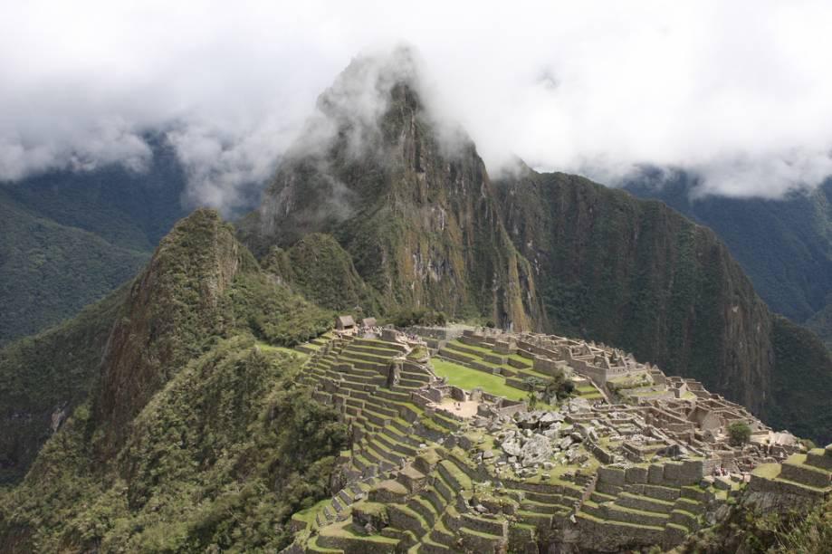 Machu Picchu, com a área denominada Pedreira em primeiro plano, onde são mostradas as técnicas para cortar, esculpir e polir as rochas graníticas usadas na construção da cidade.