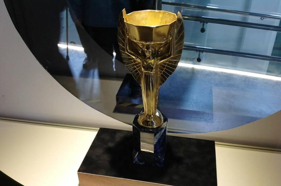 Réplica da taça da Copa do Mundo - uma das três que Pelé ergueu em sua carreira na seleção brasileira
