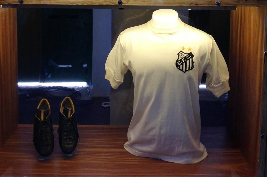 """Relíquias como a camisa 10 do Santos estão em """"altares"""" do museu"""