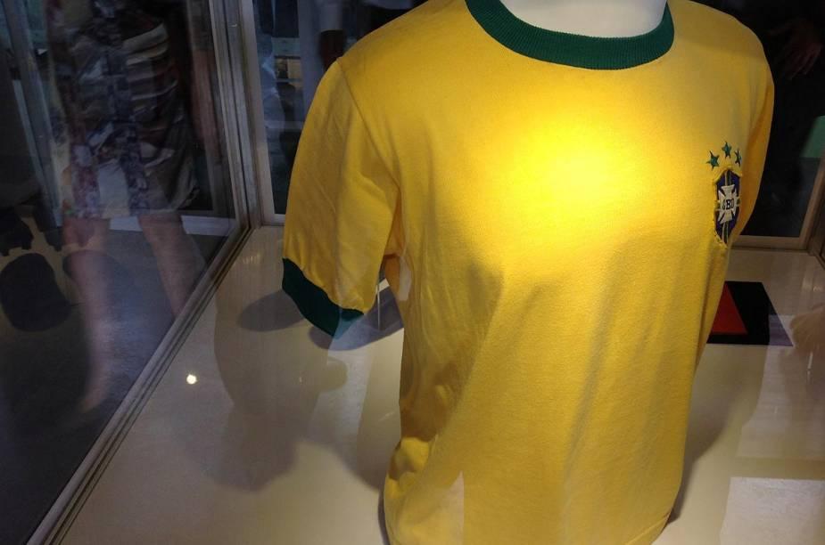 Camisa da seleção brasileira, usada por Pelé, está em exposição no museu